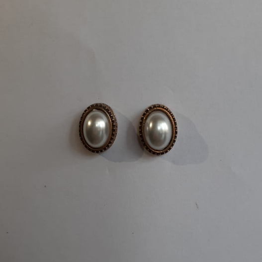 Small Oval Golden Earring With White Pearl